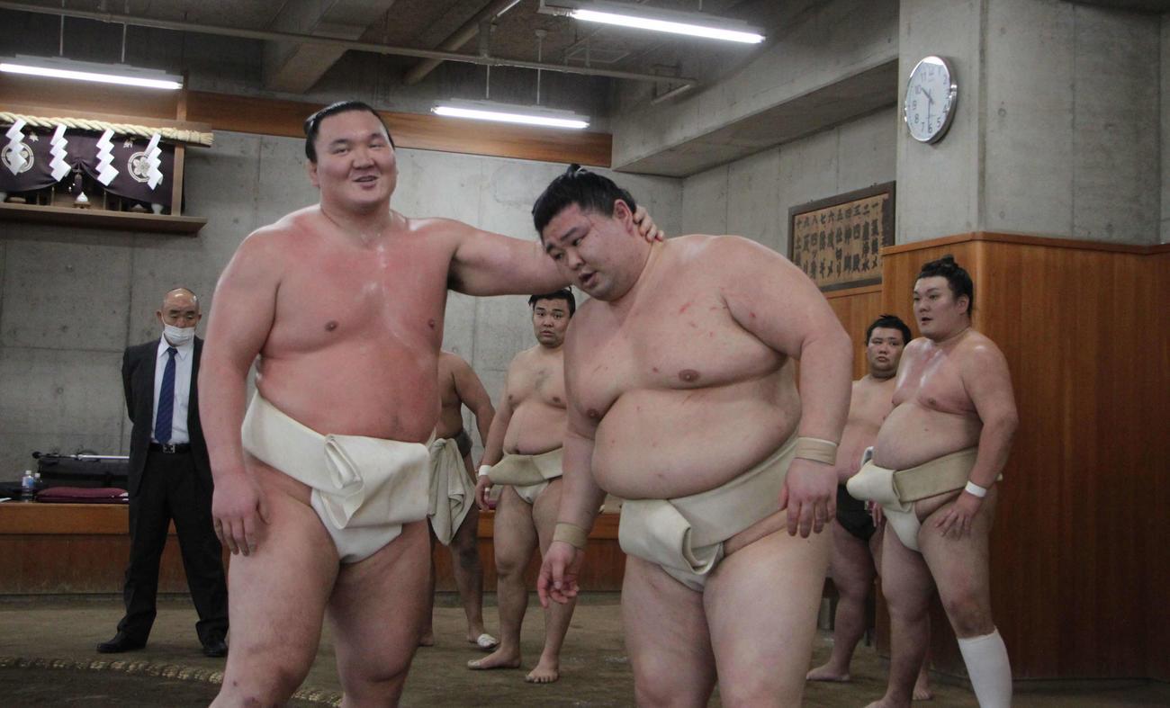 合同稽古で横綱白鵬(左)の胸を借りる新大関の正代