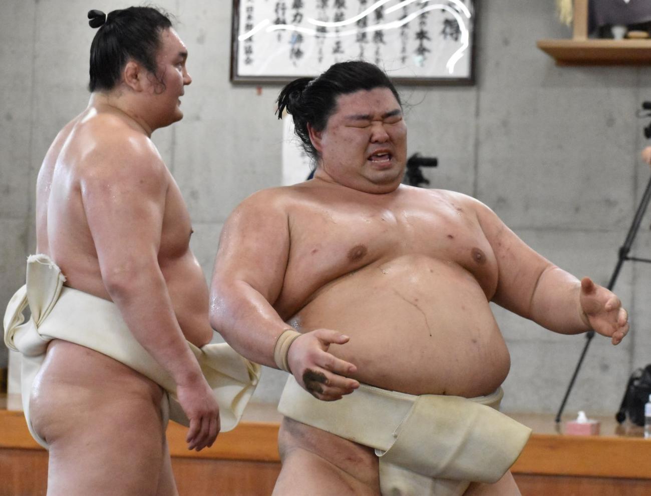 両国国技館内の相撲教習所で行われた合同稽古に参加し、ぶつかり稽古に励む正代と胸を出す白鵬(左)