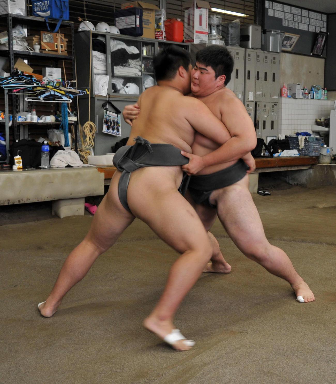 昨年7月、飛龍高相撲場で稽古する武井朔太郎(右)