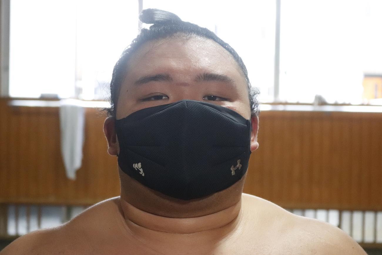 日本相撲協会とアンダーアーマーがコラボしたマスクを着用する朝乃山
