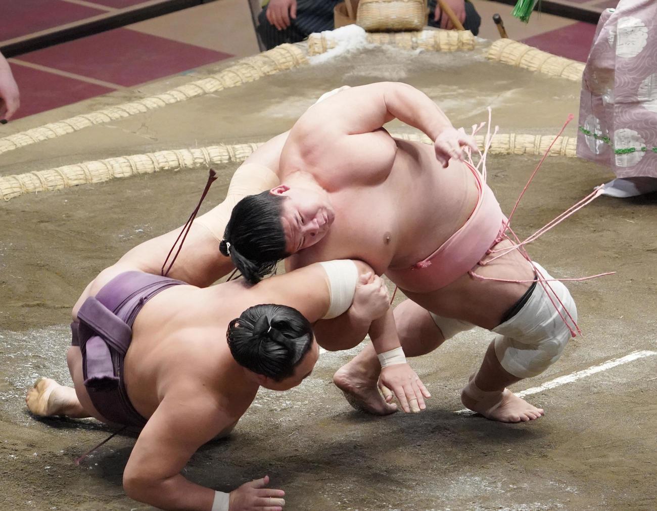 旭秀鵬(左)を居反りで破る宇良(撮影・菅敏)