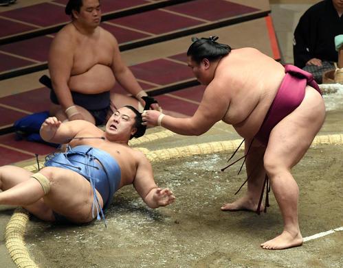 翔猿(左)をよく投げ休憩御嶽海(撮影・滝沢哲郎)