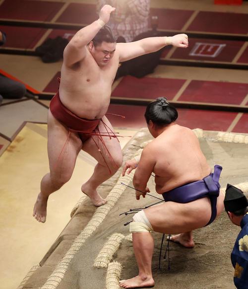 妙義龍(右)に突出で敗れ隆の勝利(撮影・鈴木雅人)