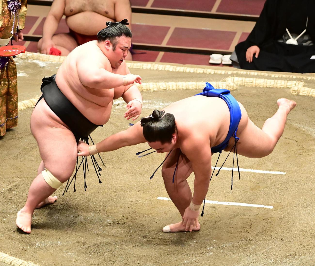 貴景勝(左)は琴勝峰を突き落としで破る(撮影・小沢裕)