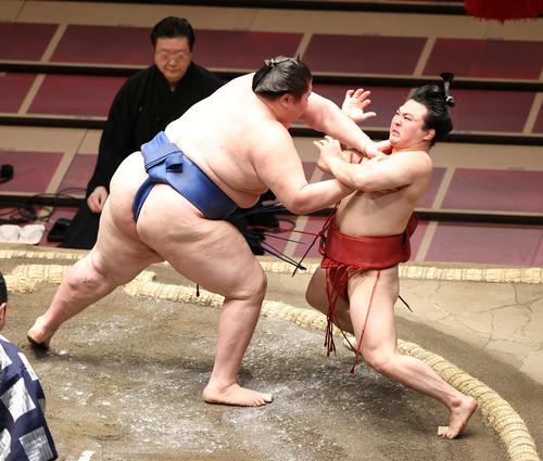 逸ノ城(左)に突き倒しで敗れる炎鵬(撮影・鈴木正人)