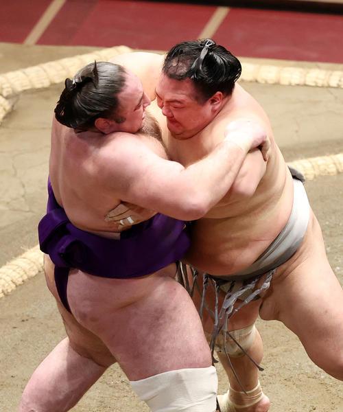 栃ノ心(左)を激しく攻める北勝富士(撮影・鈴木正人)