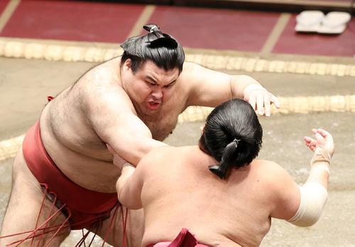 大栄翔(右)を激しく攻める高安(撮影・鈴木正人)