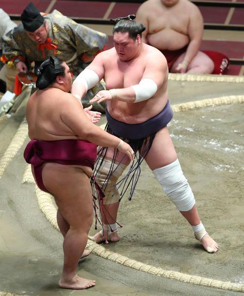 御嶽海(左)を寄り切りで破る照ノ富士(撮影・河田真司)