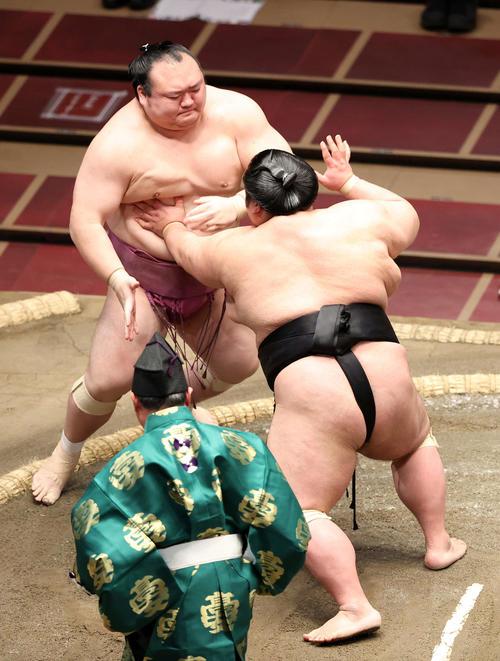 宝富士(左)を突き出しで破る貴景勝(撮影・鈴木正人)