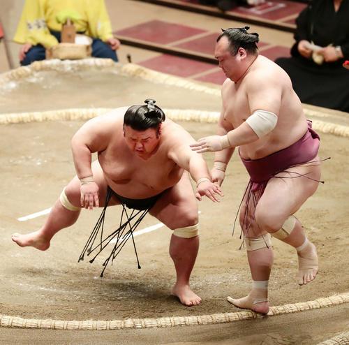 宝富士(右)を突き出しで破って1敗を守った貴景勝(撮影・丹羽敏通)