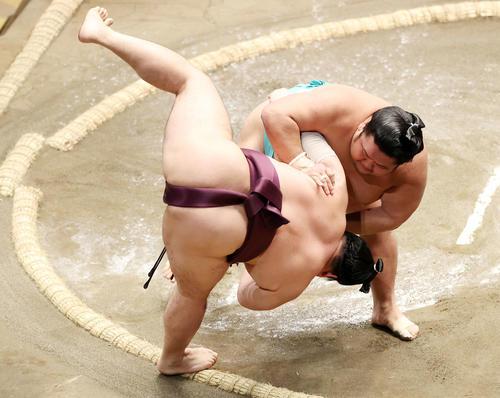 遠藤(左)を寄り倒しで破る天空海(撮影・鈴木正人)