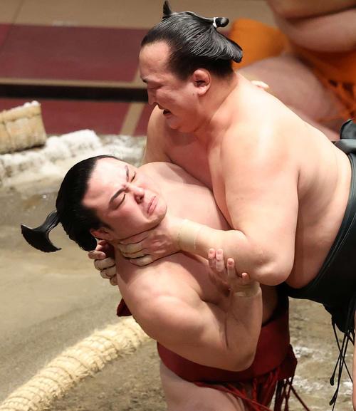 炎鵬(左)を激しく攻める千代翔馬(撮影・鈴木正人)