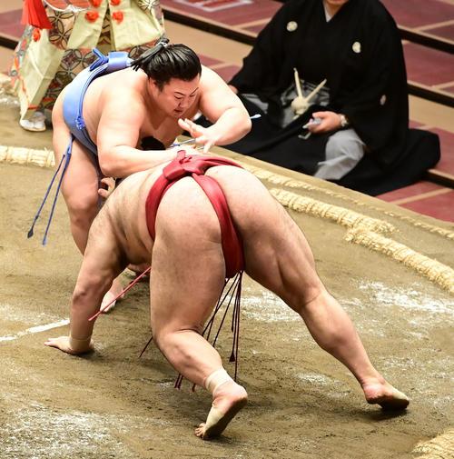 翔猿(左)は蹴返しで高安を破る(撮影・小沢裕)