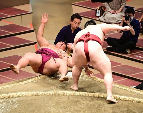 御嶽海(左)は隆の勝に押し倒しで敗れる(撮影・小沢裕)