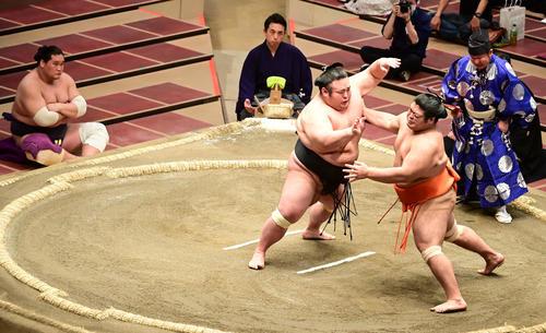 立ち合いで志摩ノ海(右)を突き押しで攻める貴景勝(撮影・小沢裕)