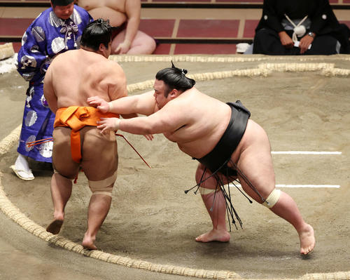 志摩ノ海(左)を押し出しで破る貴景勝(撮影・鈴木正人)