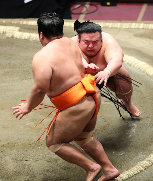 志摩ノ海(左)を押し出しで破り、1敗を守る貴景勝(撮影・河田真司)
