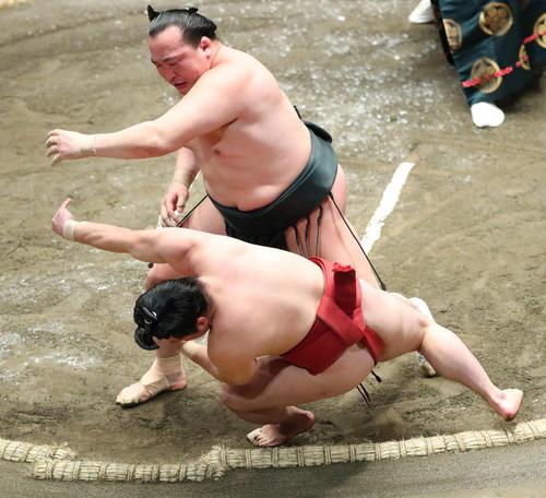 炎鵬(手前)を押し倒しで破る千代翔馬(撮影・河田真司)