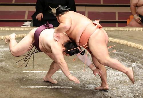 遠藤(左)をはたき込みで破る千代大龍(撮影・鈴木正人)