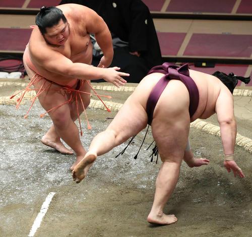遠藤(右)をはたき込みで破る千代大龍山(撮影・河田真司)