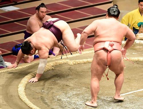 千代大龍は遠藤(左)をはたき込みで破る(撮影・小沢裕)