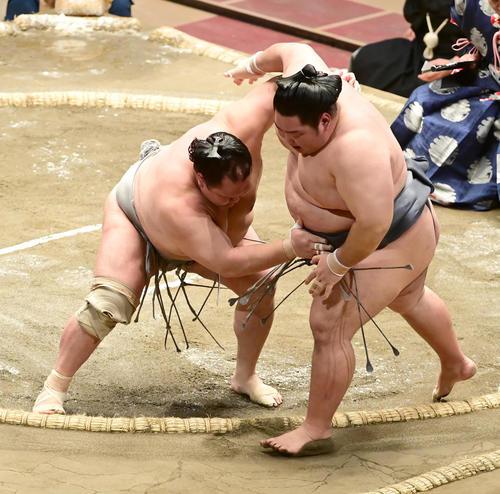 北勝富士(左)は徳勝龍を寄り切りで破る(撮影・小沢裕)