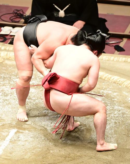 照強(左)は外小股で炎鵬を破る(撮影・小沢裕)
