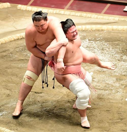 宇良(右)は東龍を後ろもたれで破る(撮影・小沢裕)