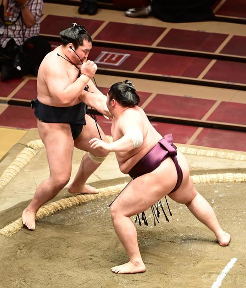 遠藤(右)は輝を押し出しで破る(撮影・小沢裕)