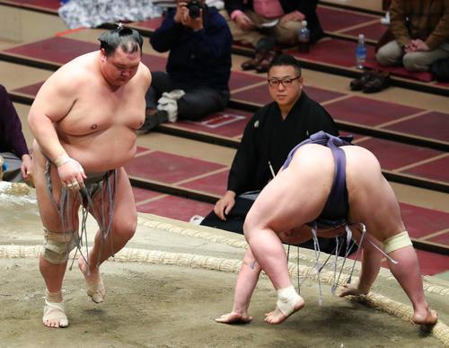 阿武咲(右)をはたき込みで破る北勝富士(撮影・河田真司)