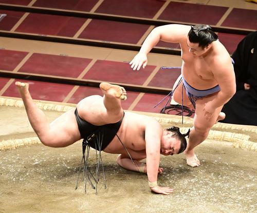 翔猿(右)ははたき込みで霧馬山を破る(撮影・小沢裕)