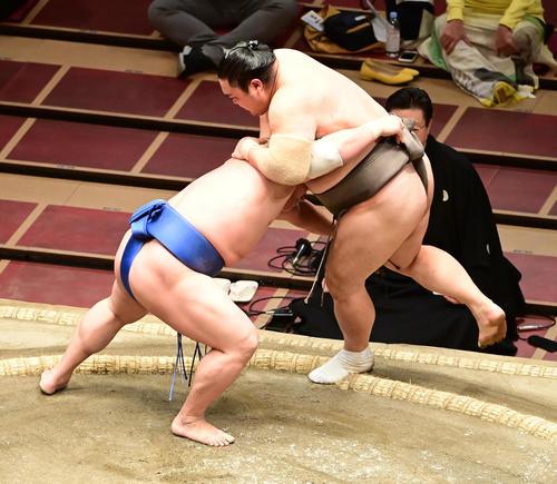 若隆景(左)は隠岐の海を寄り切りで破る(撮影・小沢裕)
