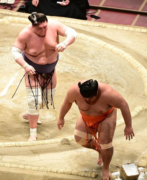 照ノ富士(左)は志摩ノ海を寄り切りで破る(撮影・小沢裕)