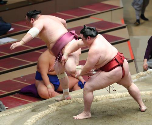 宝富士(左)を押し出しで破る隆の勝(撮影・河田真司)