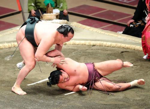 石浦(右)をはたき込みで破る千代翔馬(撮影・河田真司)