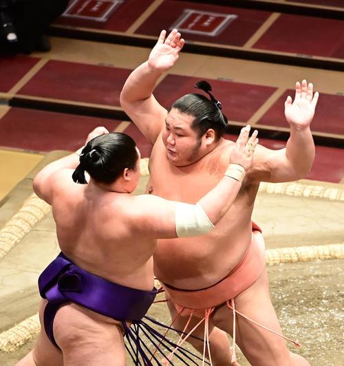 千代大龍は明生(左)を突き出しで破る(撮影・小沢裕)