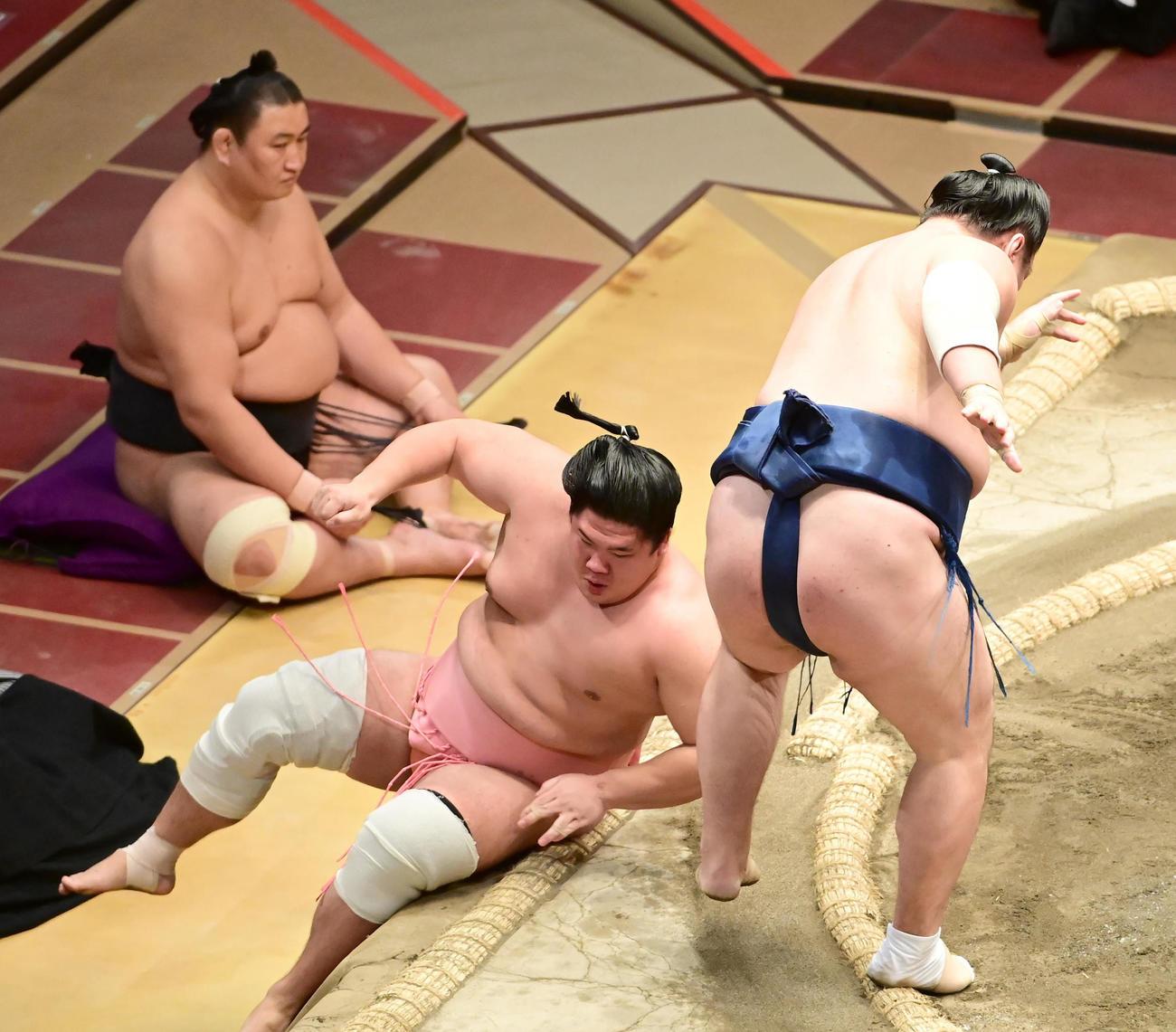 宇良(左)は小手投げで勢に敗れる。6敗とし十両優勝の可能性はなくなった(撮影・小沢裕)