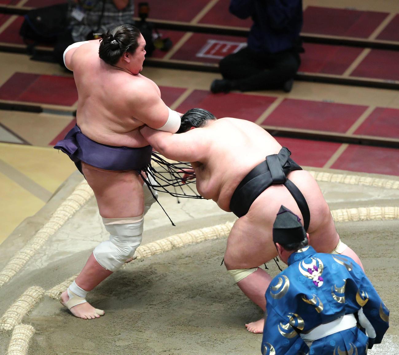 優勝決定戦で照ノ富士(左)を押し出しで破る貴景勝(撮影・河田真司)
