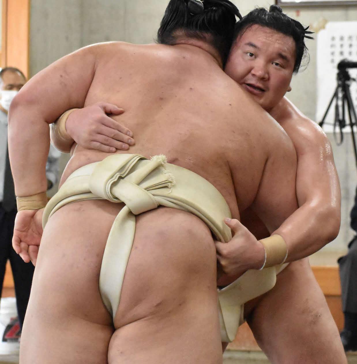 10月、両国国技館内の相撲教習所で行われた合同稽古で正代を指名して三番稽古を行う白鵬