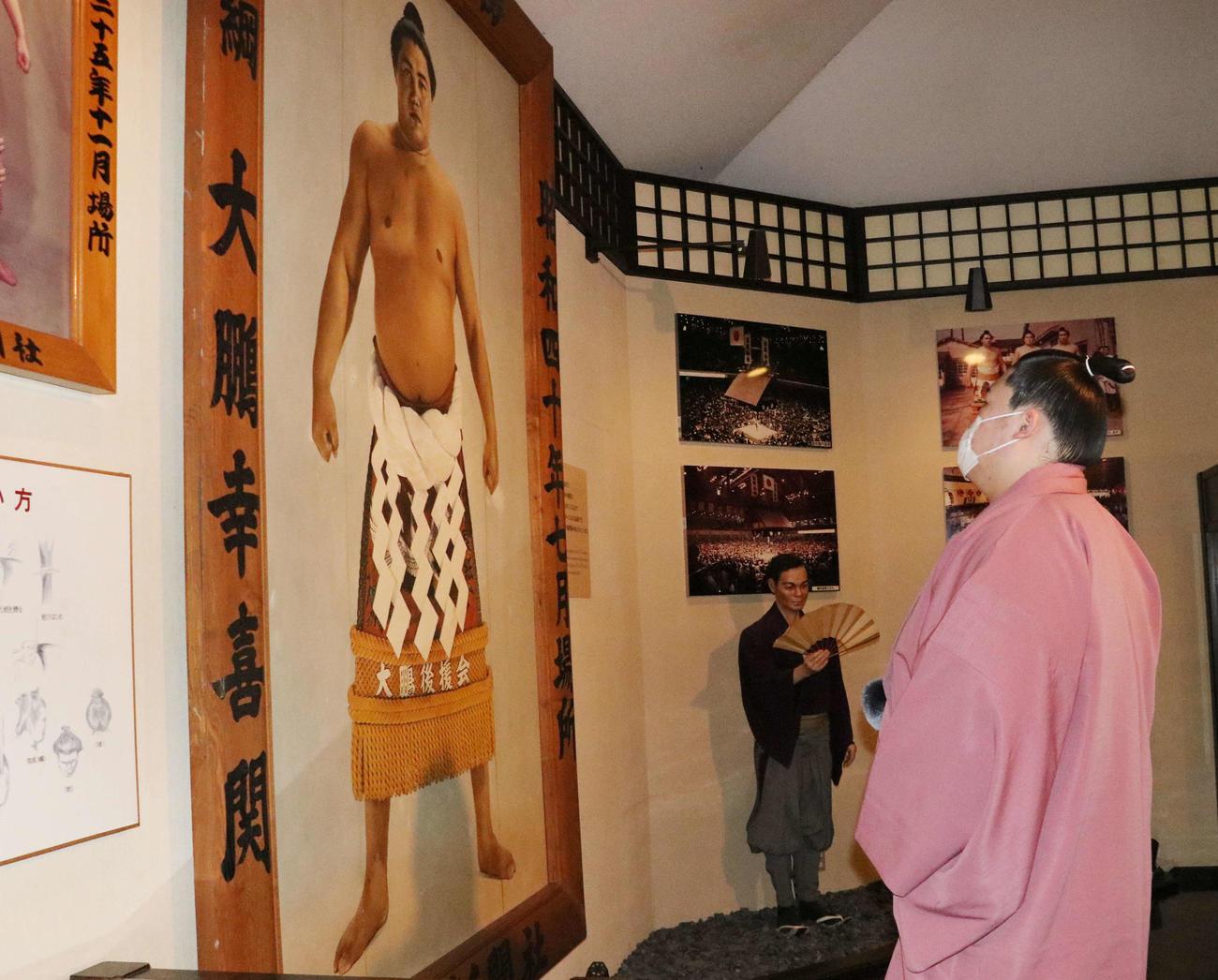 祖父大鵬ゆかりの品が飾られている北海道弟子屈町内の大鵬相撲記念館を訪問した王鵬(撮影・浅水友輝)