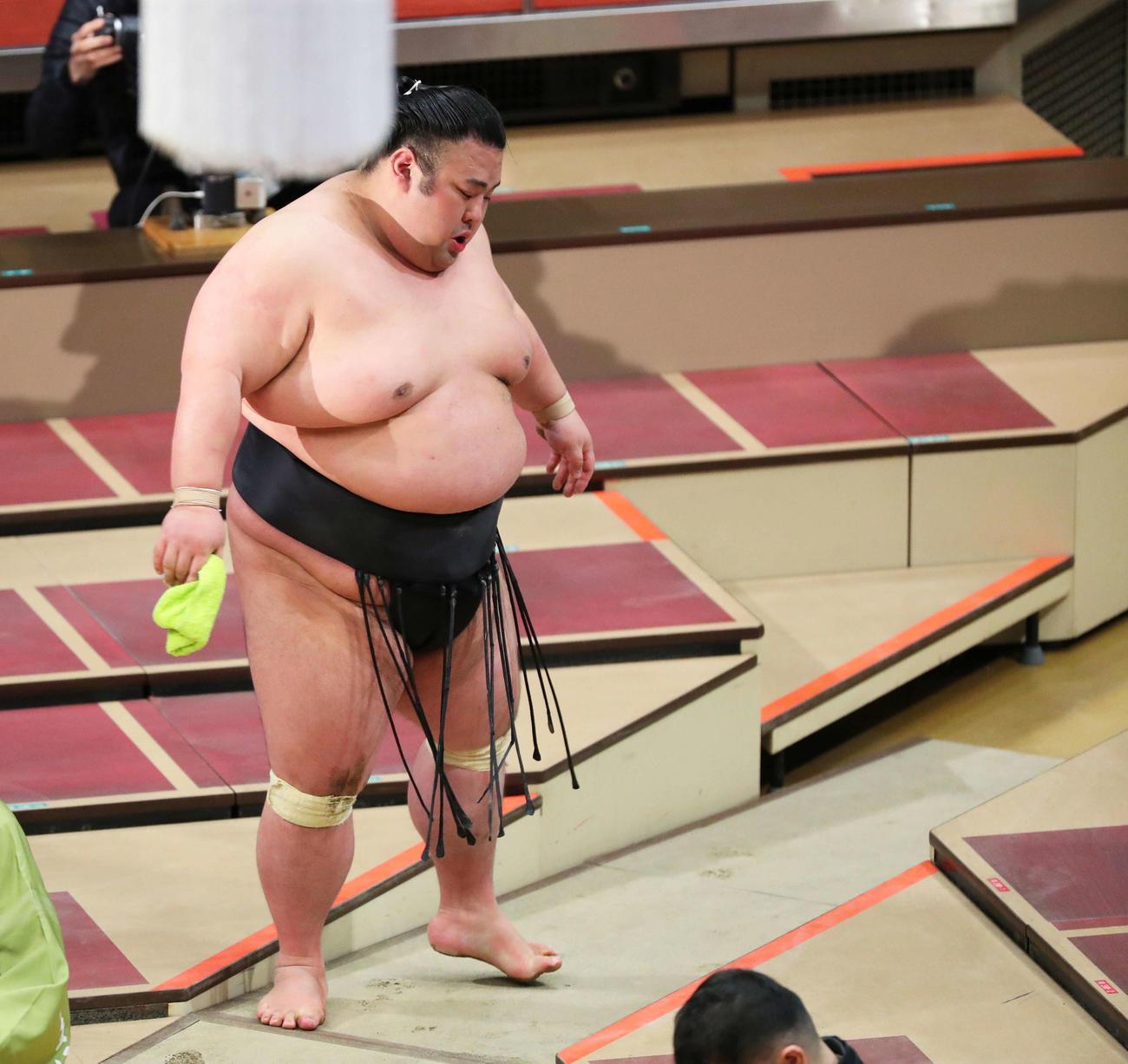 宝富士に敗れ4連敗を喫し、力なく土俵から引き揚げる貴景勝(撮影・河田真司)