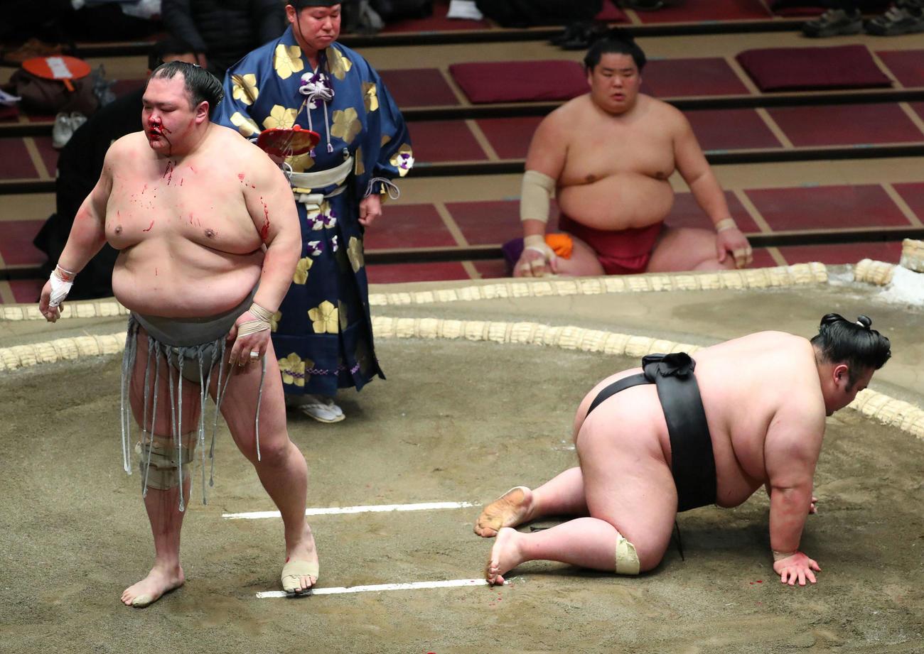 貴景勝(右)を突き落としで破った北勝富士(撮影・河田真司)