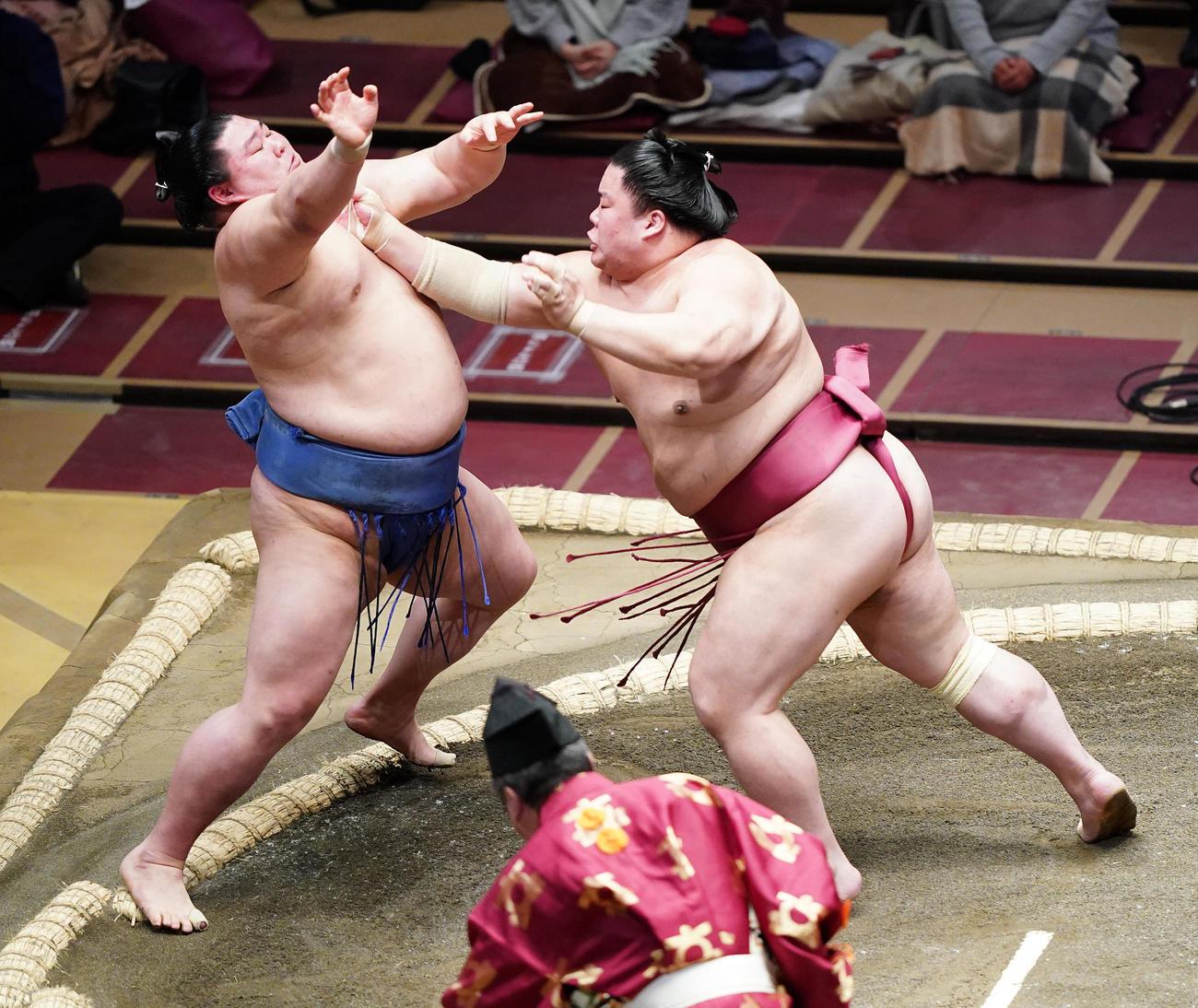 正代(左)を突き出しで破る大栄翔(撮影・菅敏)