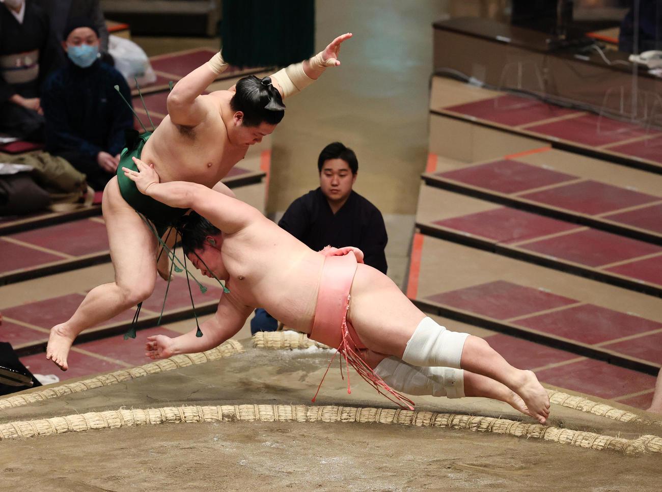 東白龍(左)を押し出しで破る宇良(撮影・野上伸悟)