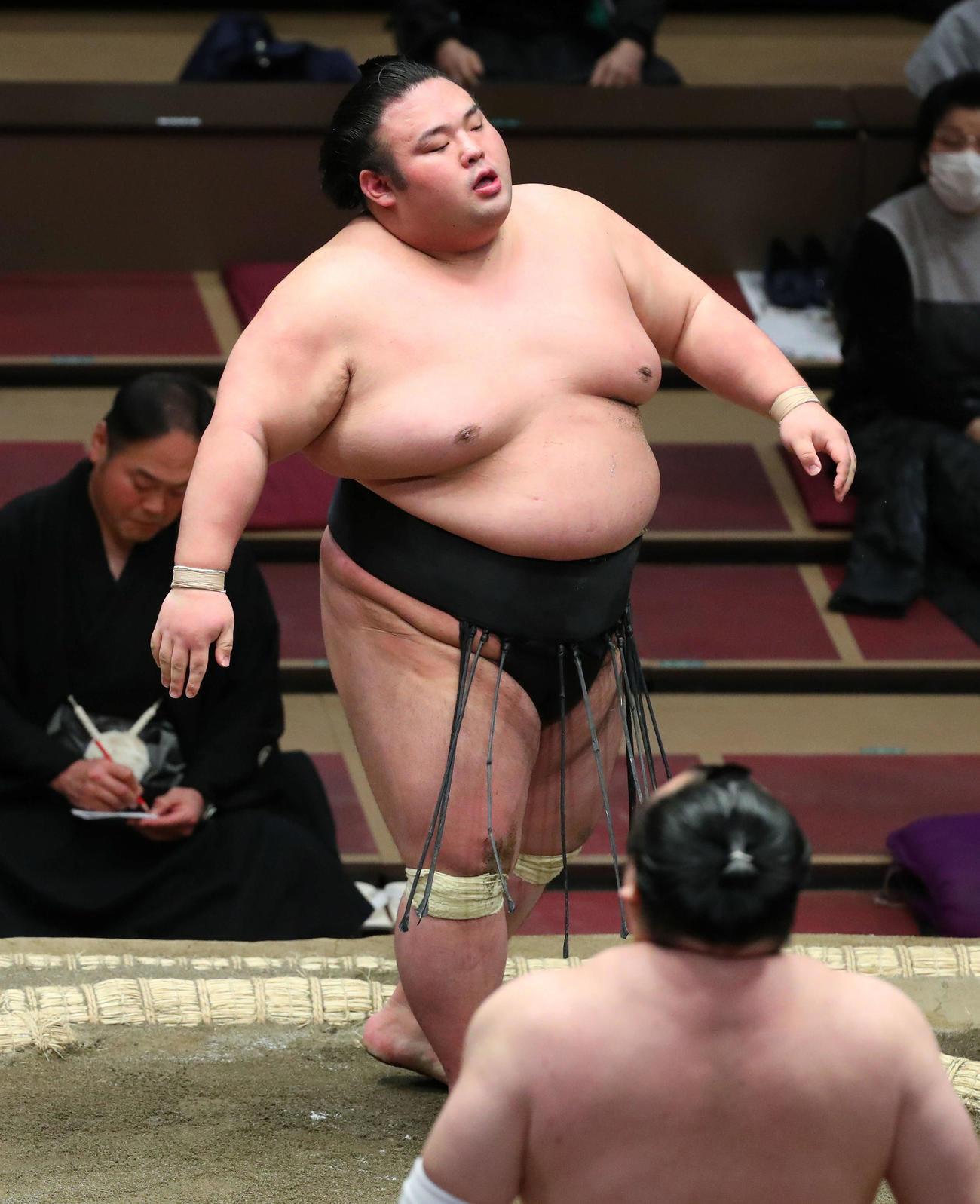 宝富士(手前右)に上手投げで敗れ、浮かない表情の貴景勝(撮影・河田真司)