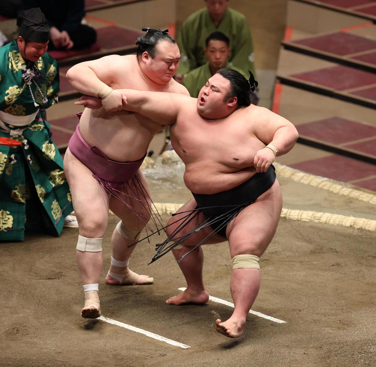貴景勝(右)の腕をとる宝富士(撮影・野上伸悟)