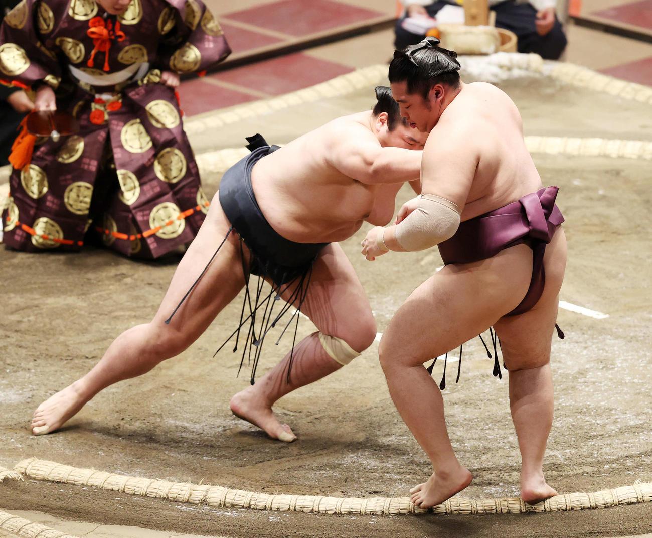 遠藤(右)を押し出しで破る輝(撮影・鈴木正人)