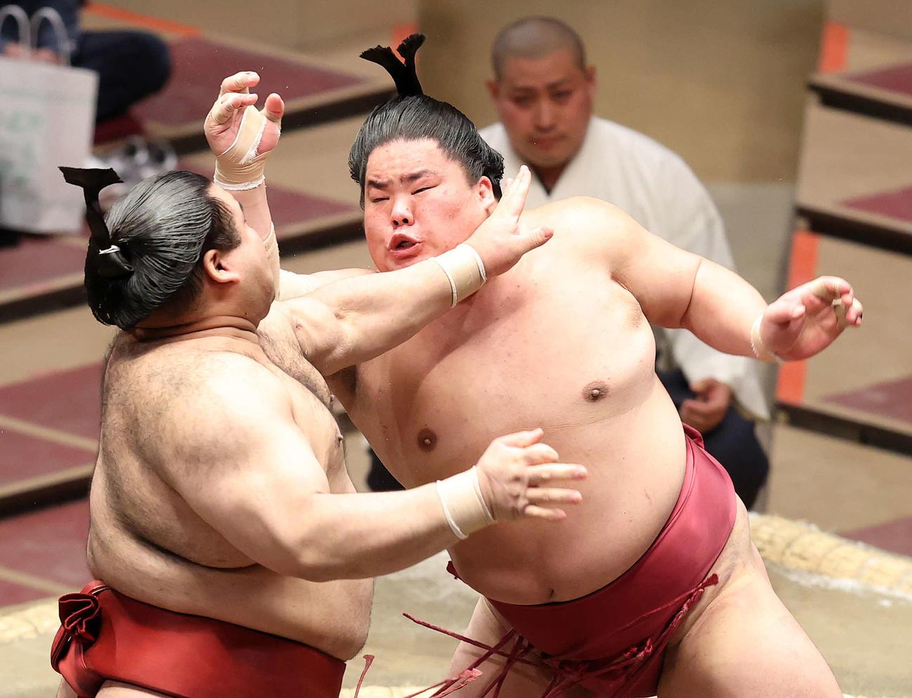 高安(左)を激しく攻める大栄翔(撮影・鈴木正人)