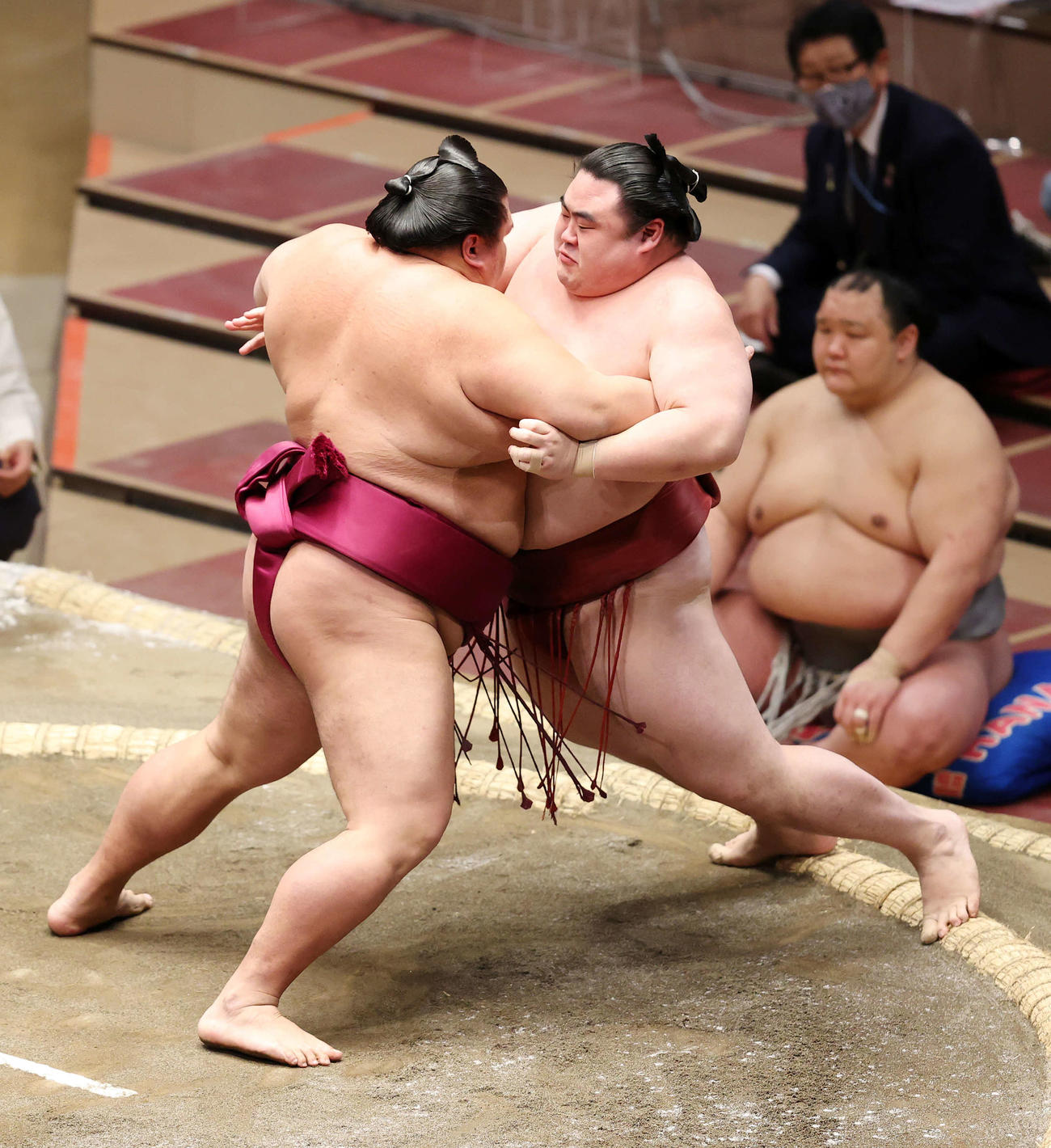 御嶽海(左)の攻めを耐える隆の勝(撮影・鈴木正人)