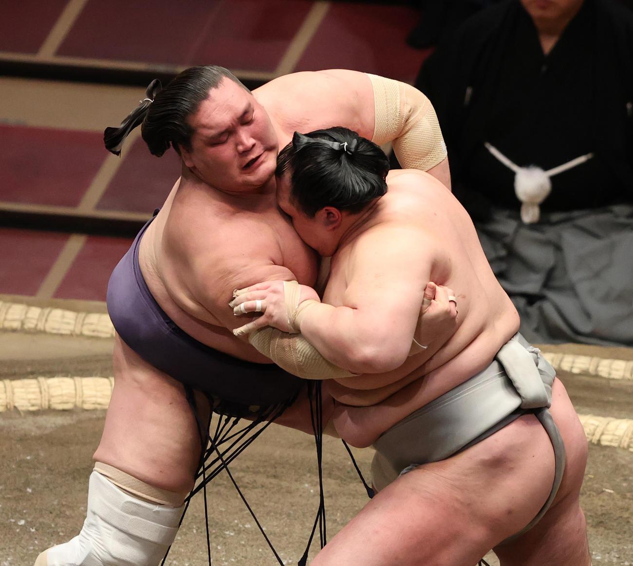 北勝富士(右)を押し出しで破る照ノ富士(撮影・野上伸悟)